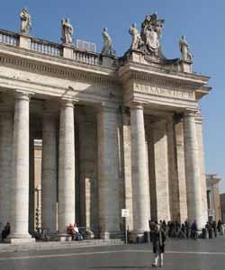 Святые на северной колоннаде, вход на площадь Св. Петра