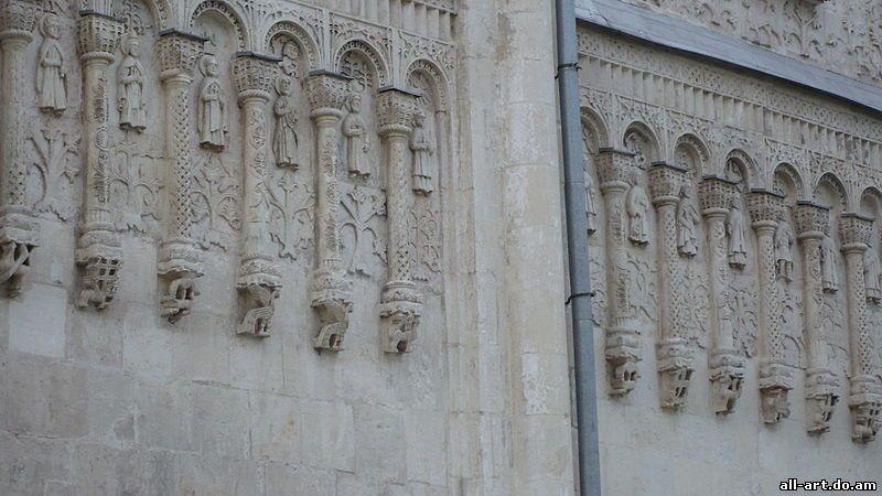 Аркатурно-колончатый пояс Дмитриевского собора. Вид со стороны Палат. Дата съемки 15.9.2010 г.