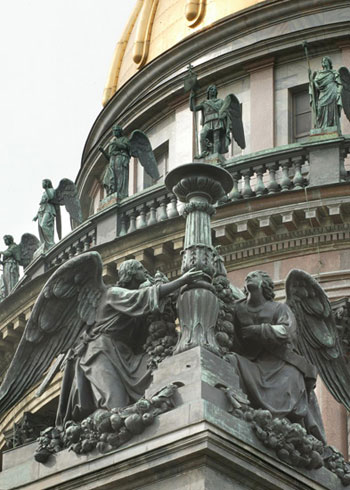 Ангелы со светильником. Скульптурная группа на углу аттика. 1850-1855. Скульптор И.П.Витали